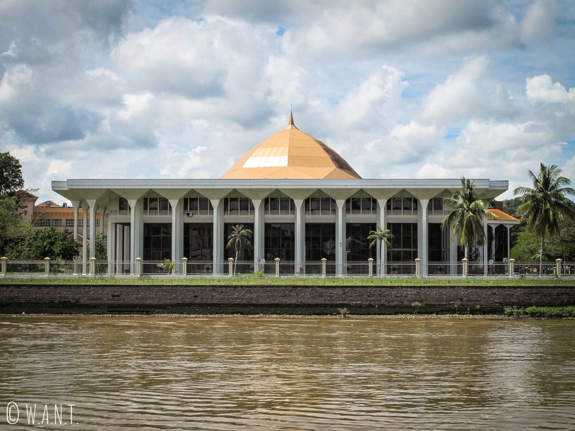 Vue sur la Supreme Court depuis le parc Taman Mahkota Jubli Emas de Bandar Seri Begawan