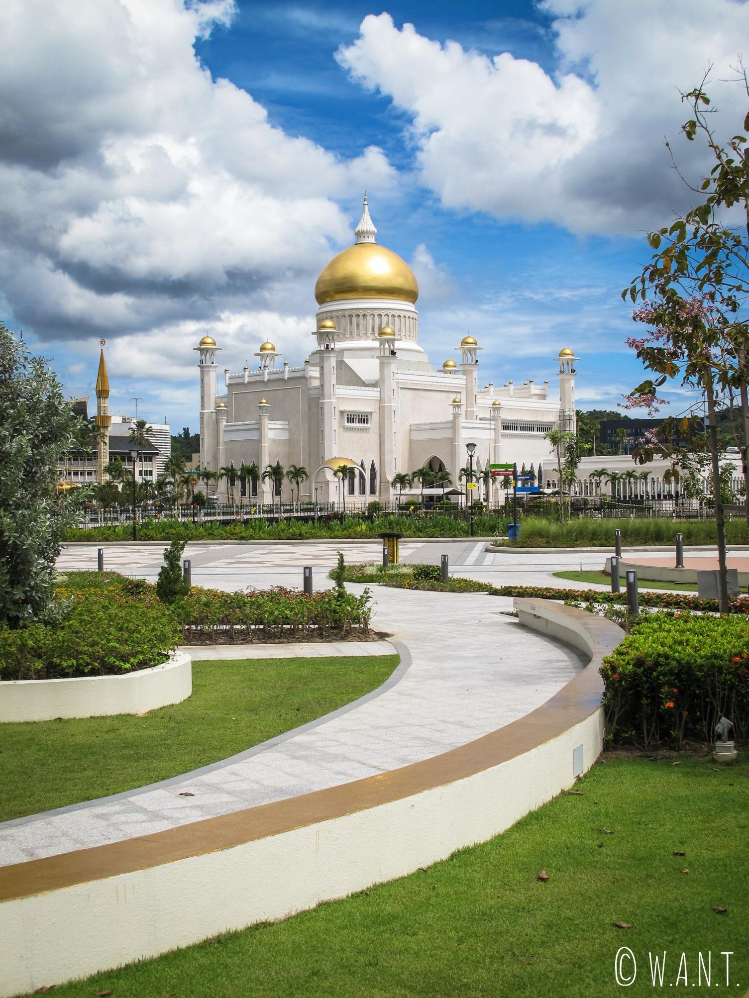 Vue sur la mosquée Masjid Omar Ali Saifuddien de Bandar Seri Begawan depuis ses jardins