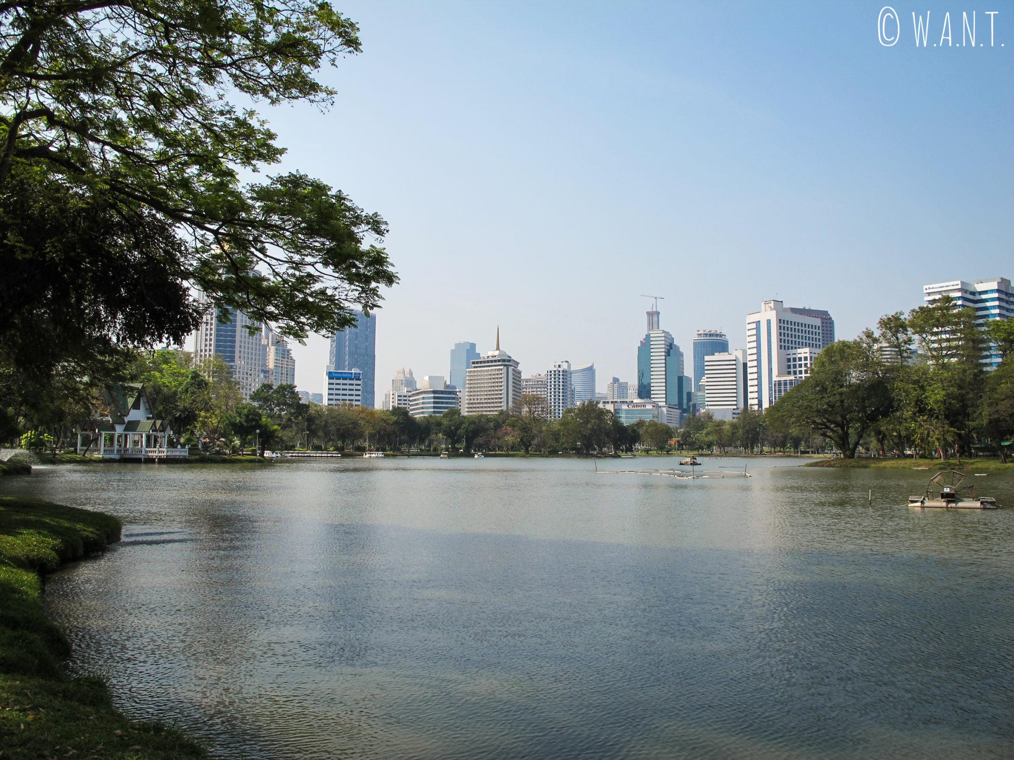 Vue sur les buildins depuis le lac du parc Lumphini de Bangkok