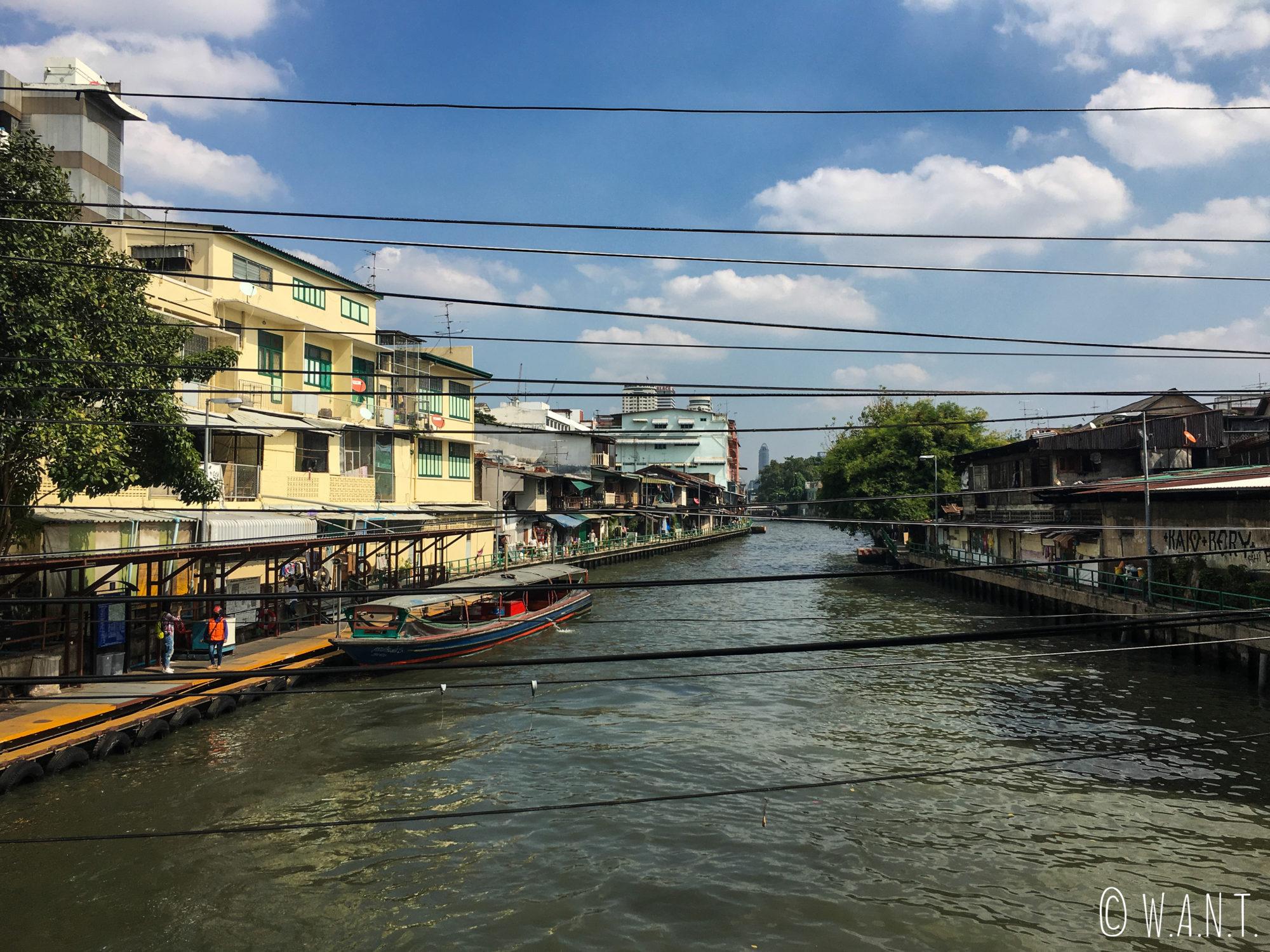 Vue sur l'un des arrêts du bateau-bus de Bangkok