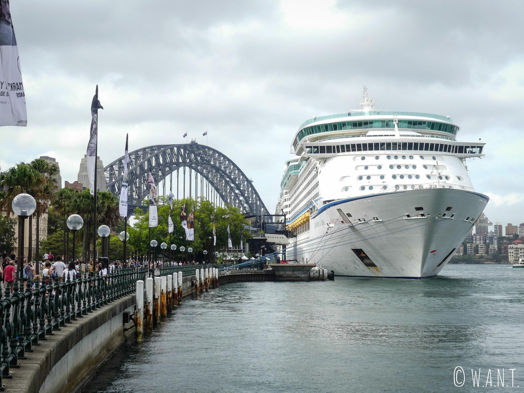 Bateau de croisières dans la baie de Sydney