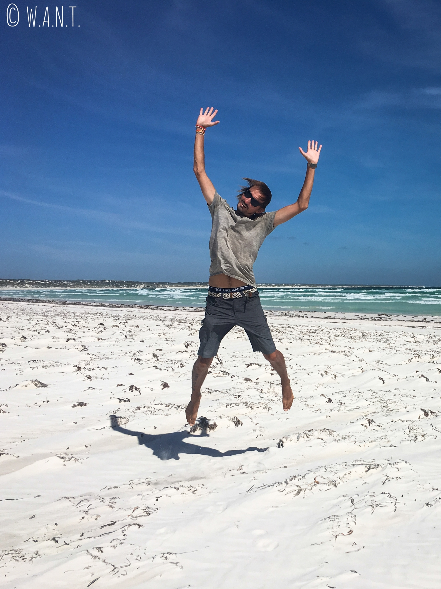 Benjamin dans le sable blanc de Wedge Island au nord de Perth