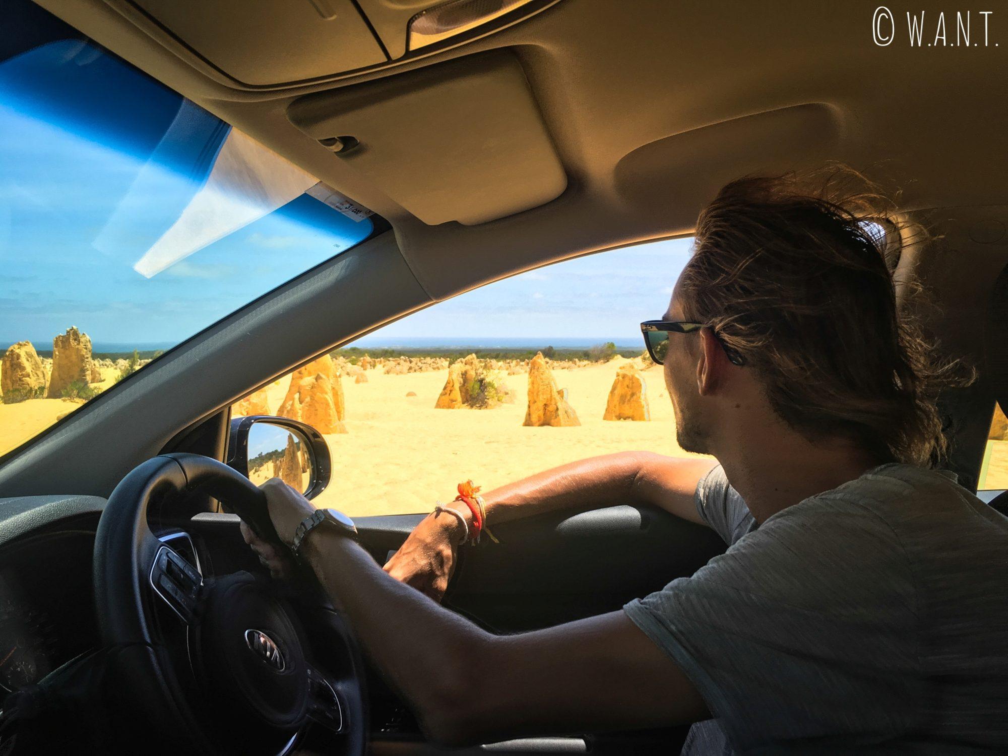 Benjamin dans notre voiture, admirant les Pinnacles près de Cervantes