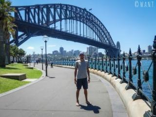 Benjamin devant Harbour Bridge à Sydney