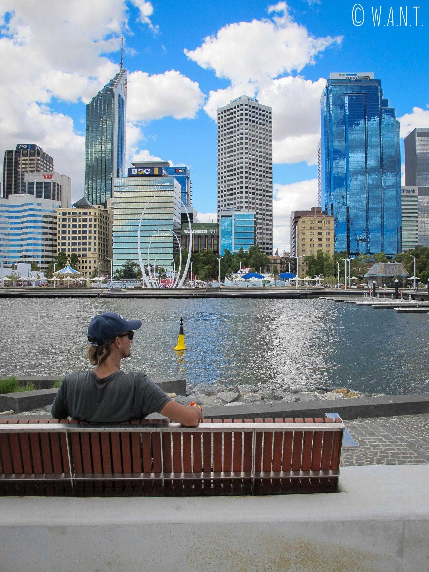 Benjamin profite de la vue incroyable sur la skyline depuis le Elizabeth Quay à Perth