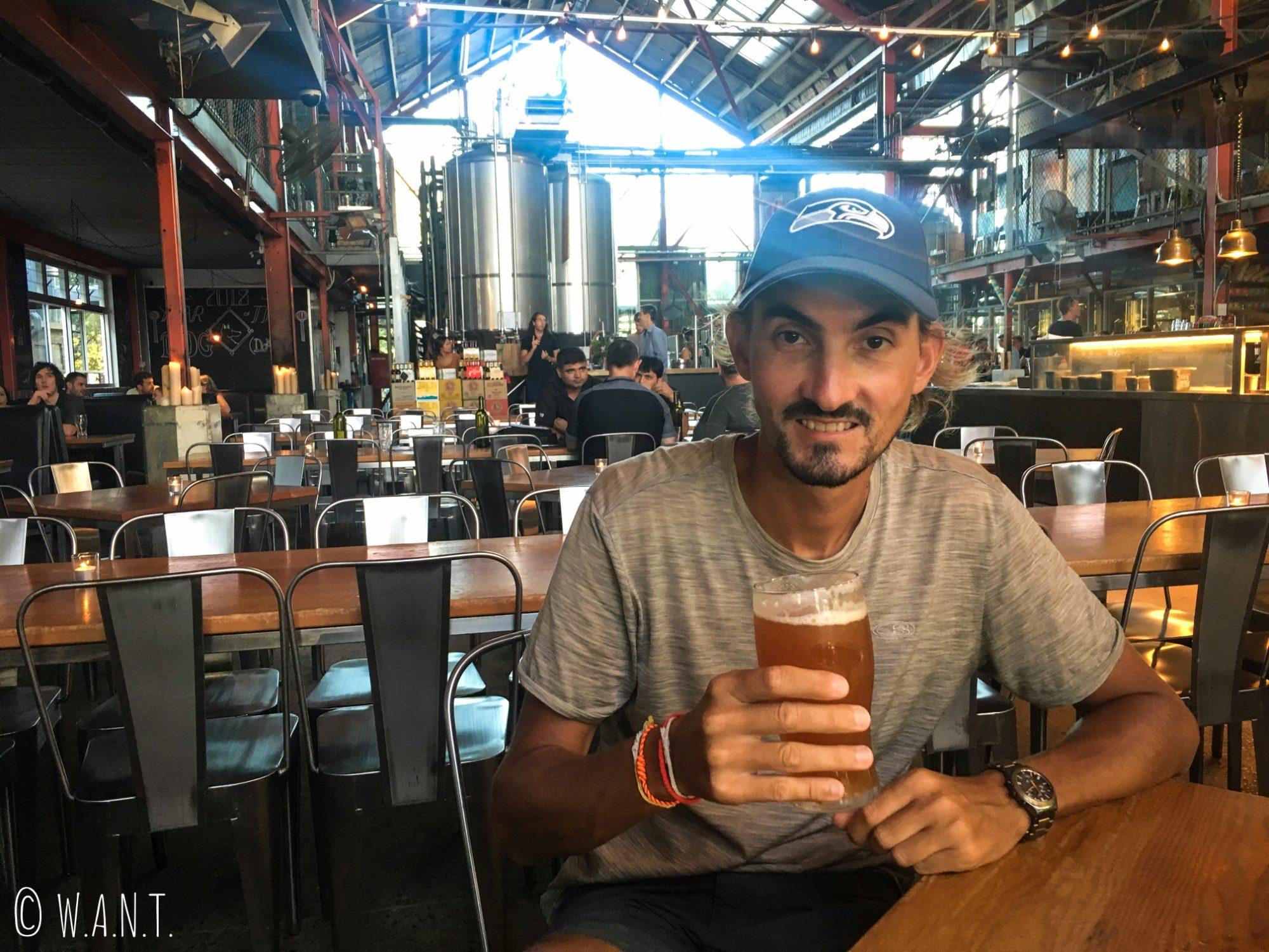 Benjamin profite d'une bonne bière dans la brasserie Little Creatures à Fremantle