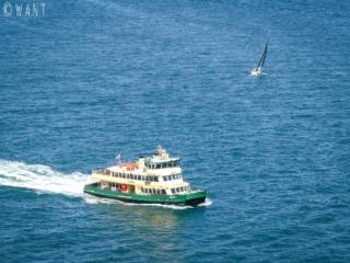 Ferry dans la baie de Sydney vu depuis Harbour Bridge