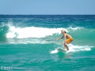 Jeune surfeur sur la plage de Bondi près de Sydney