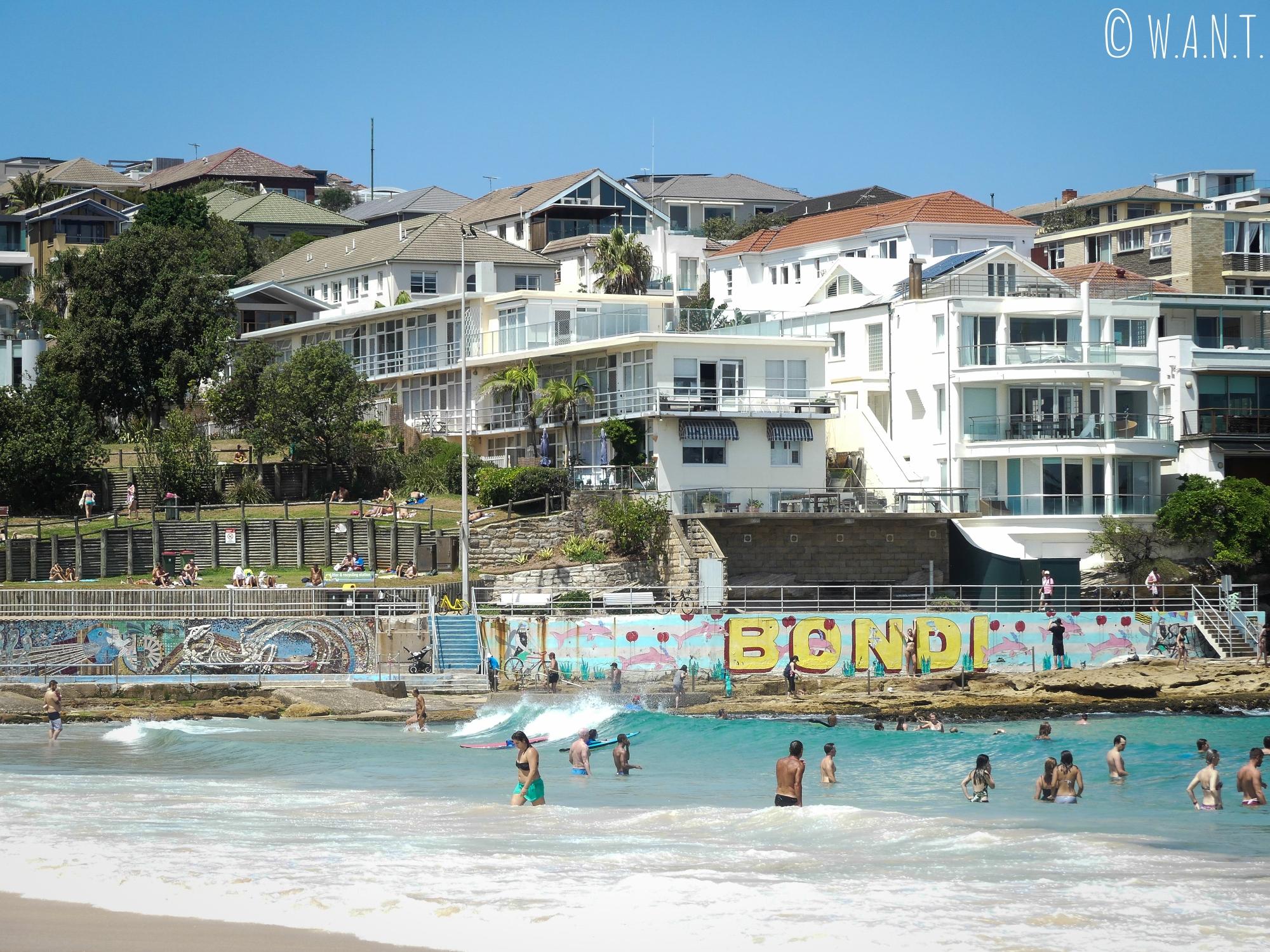 La plage de Bondi près de Sydney est très populaire