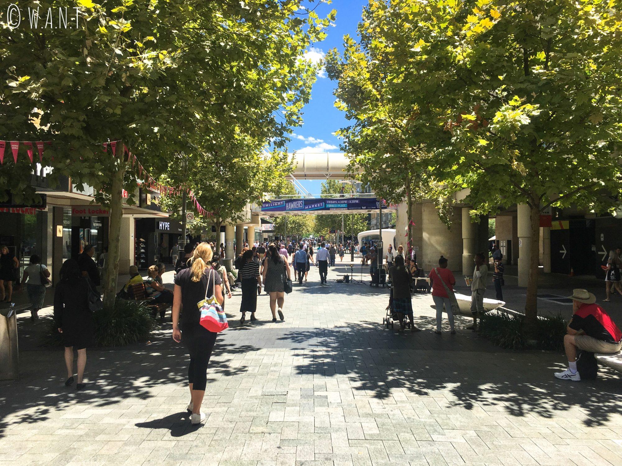 La rue commercante de Murray Street Mall à Perth, où de nombreux artistes de rue sont en représentation