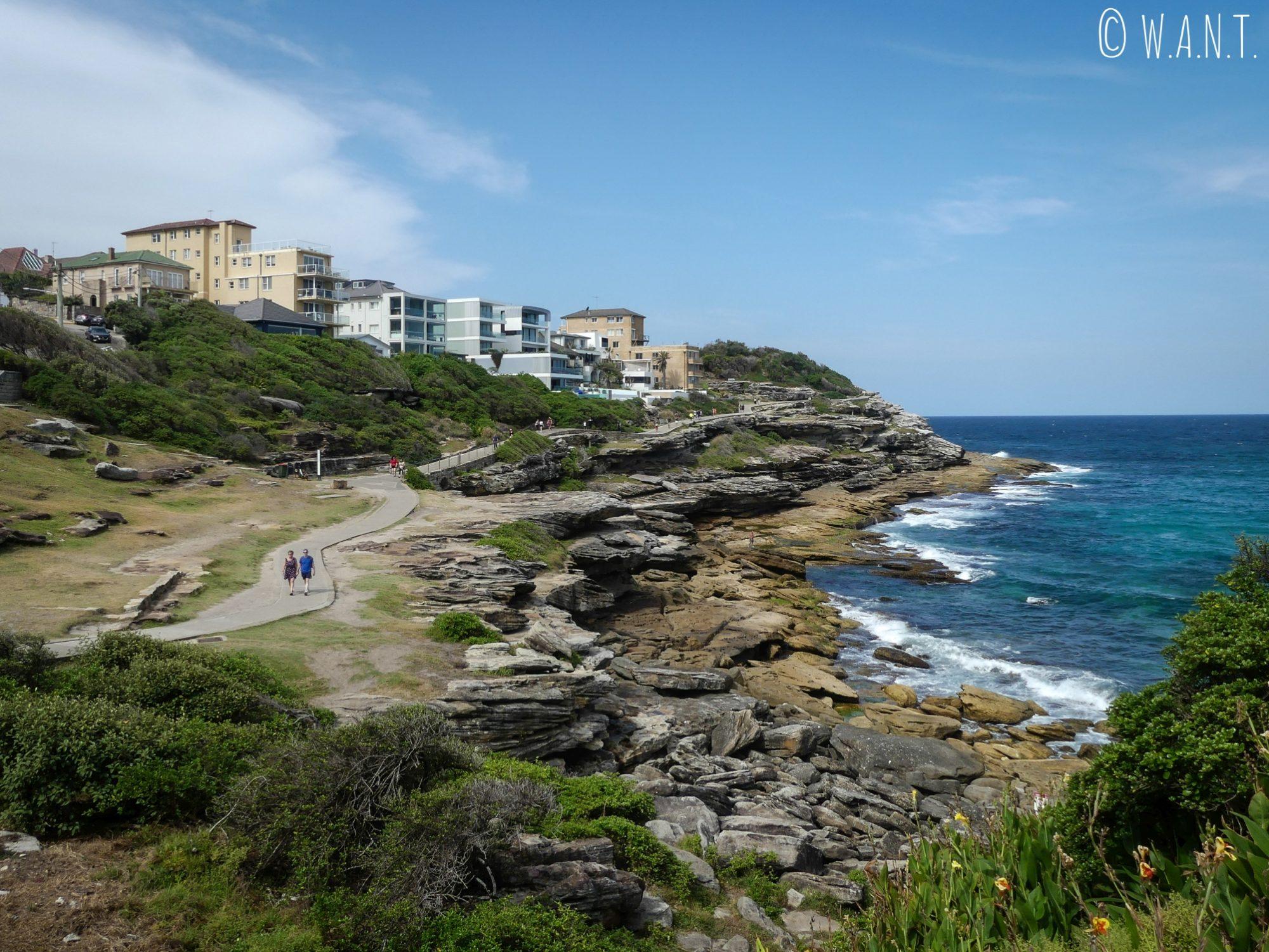 Le chemin de la Coastal Walk de Bondi à Coogee est au bord des falaises