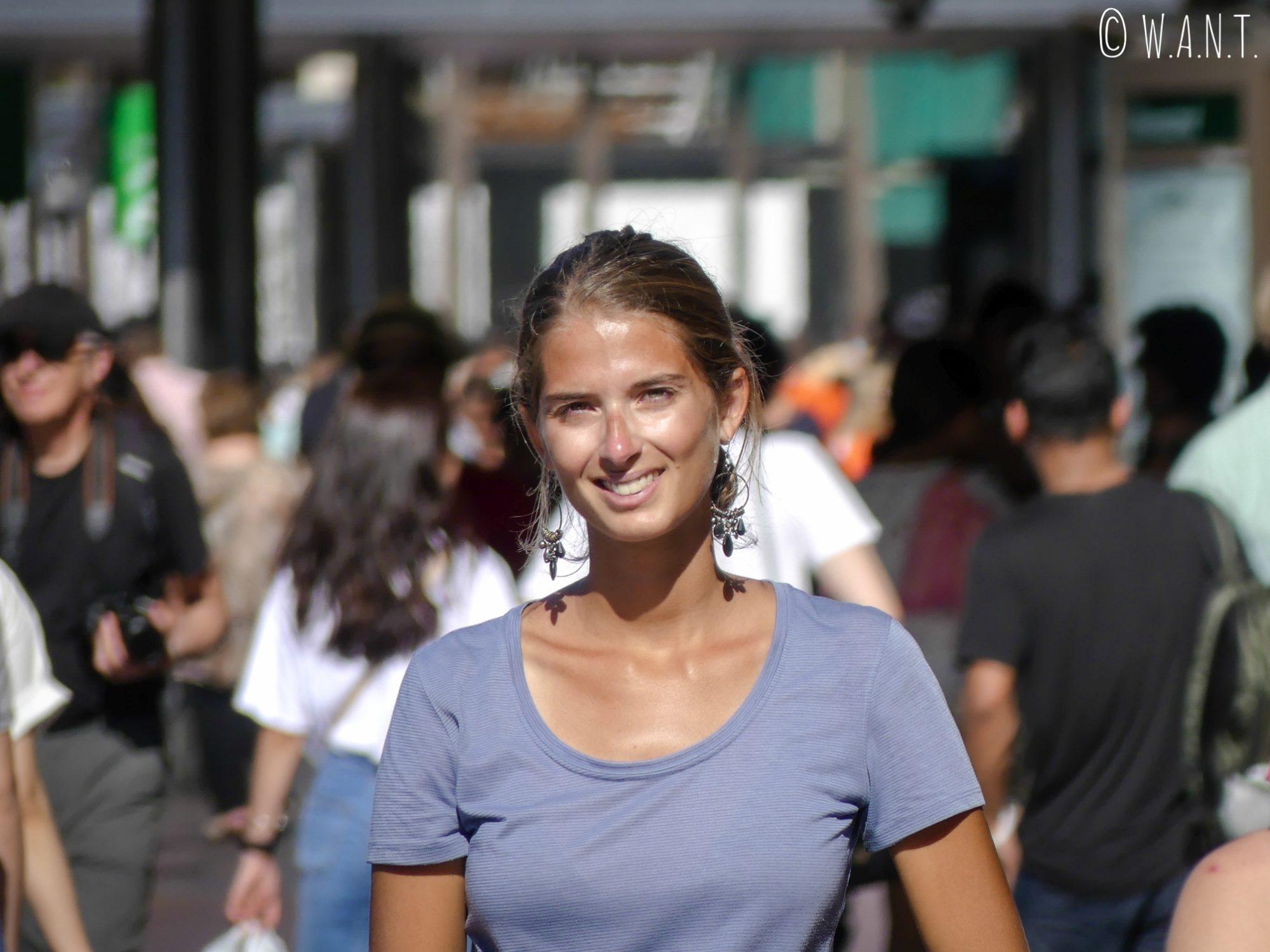 Marion au milieu de la foule sur Circular Quay à Sydney