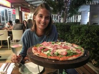 Marion devant sa pizza pour la Saint Valentin à Sydney