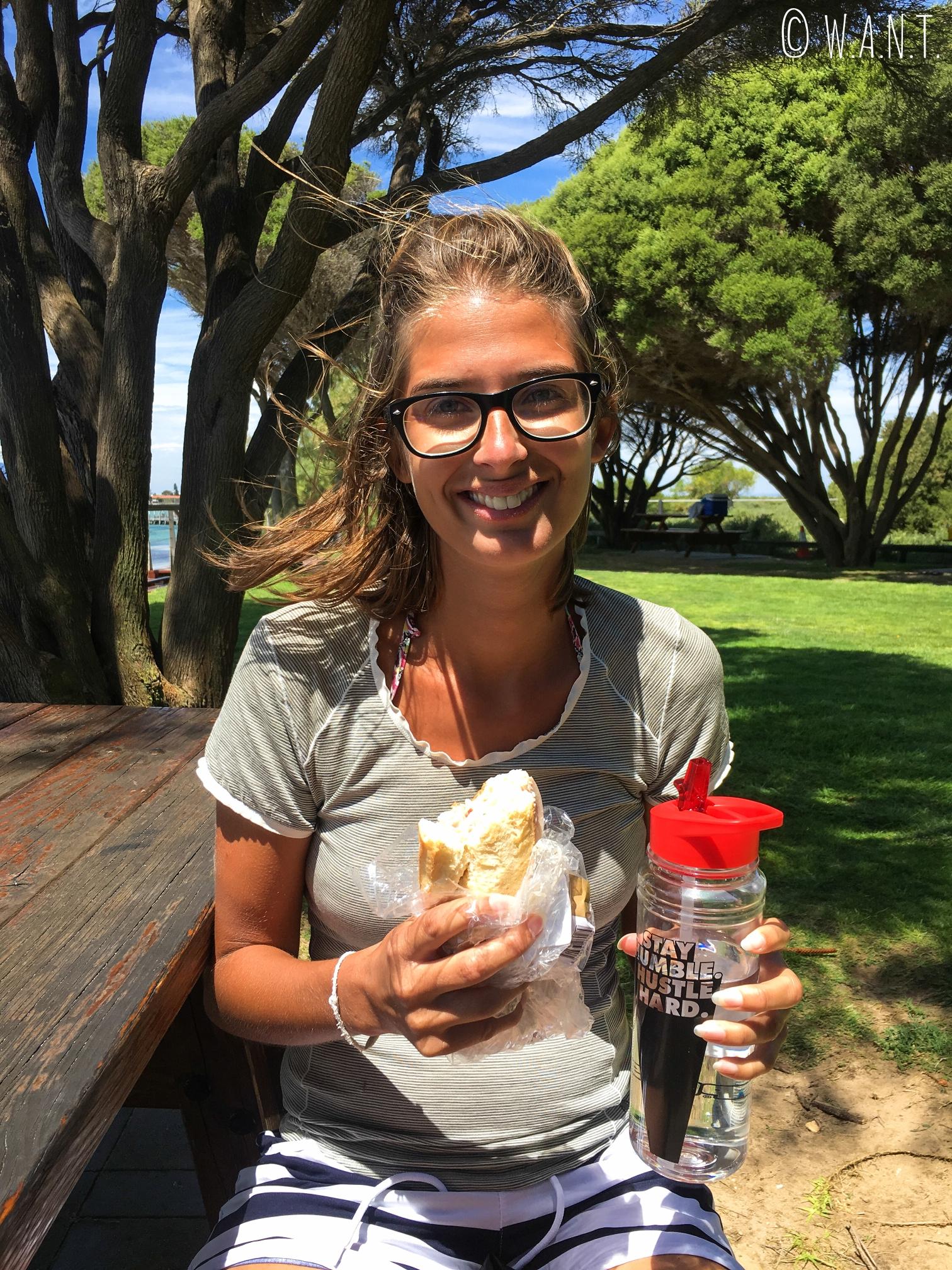 Marion protège son sandwich des mouettes sur Penguin Island