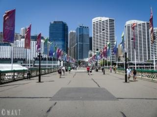 Pont permettant de traverser Darling Harbour d'une rive à l'autre à Sydney