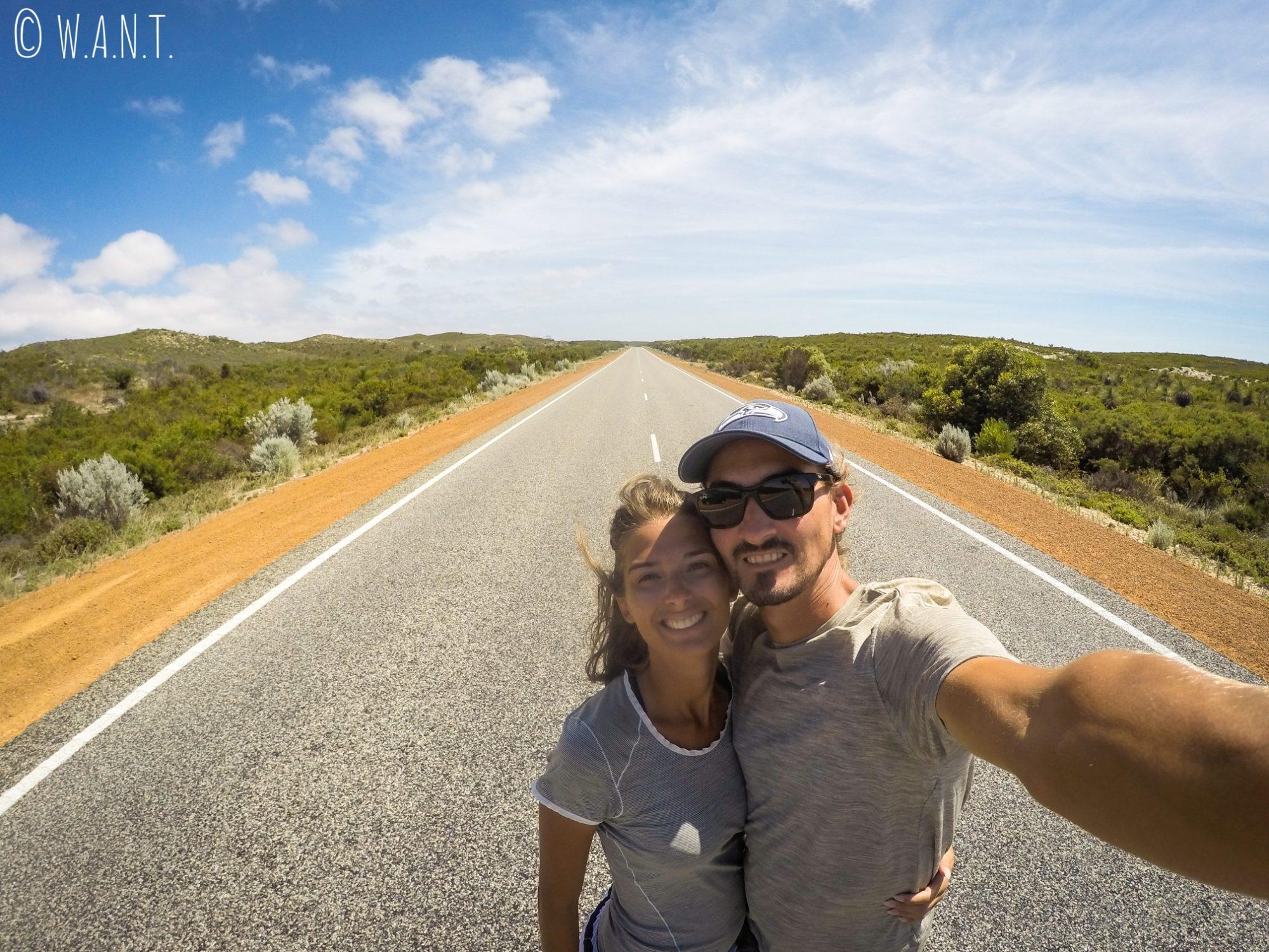 Selfie au milieu de la route sur le chemin des Pinnacles près de Cervantes
