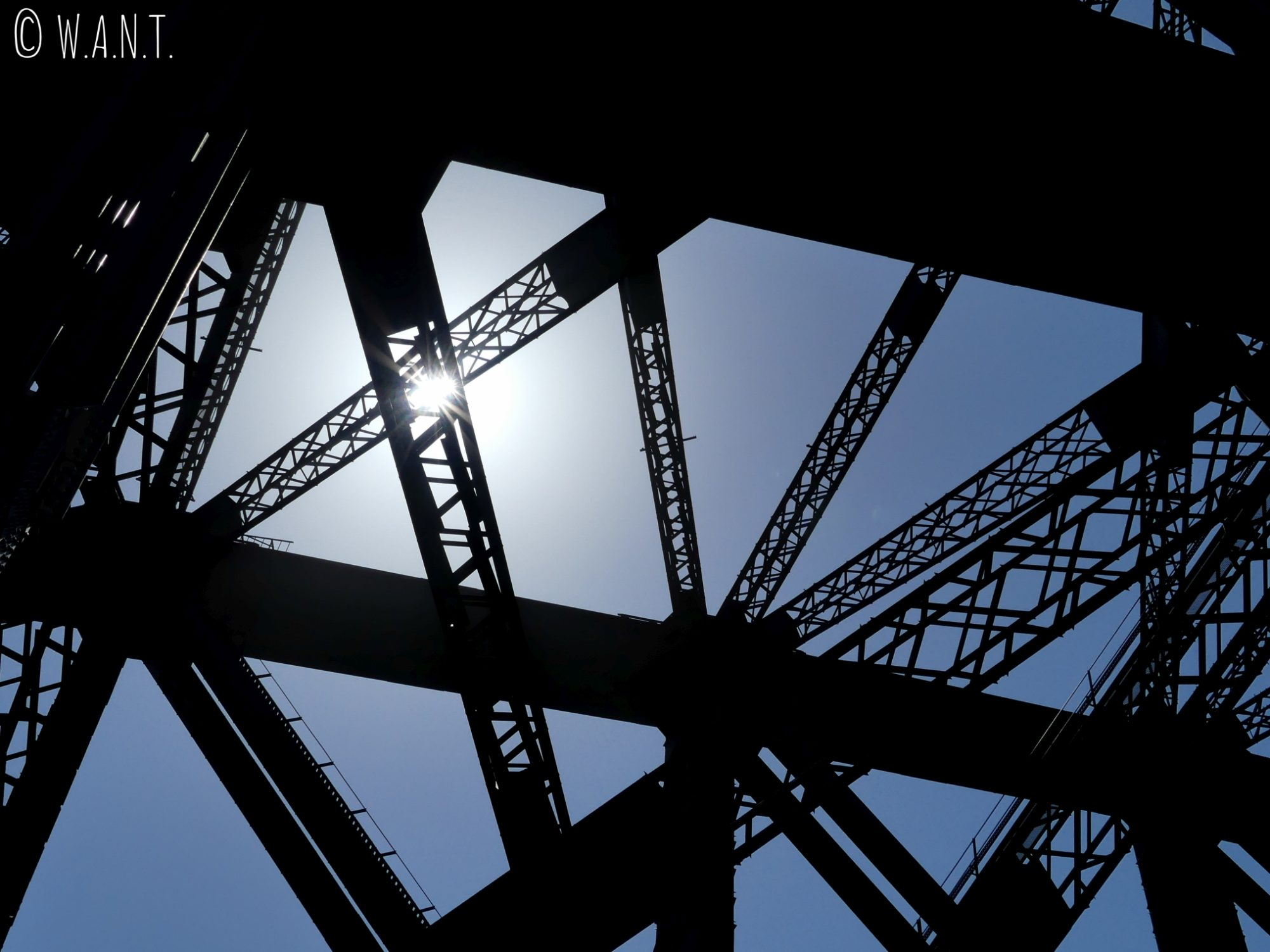 Soleil dans la structure de Harbour Bridge à Sydney