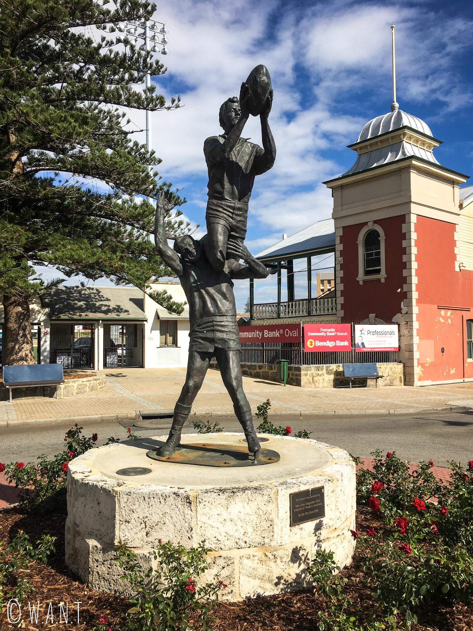 Statue représentant des joueurs de Rugby devant l'ovale de Fremantle
