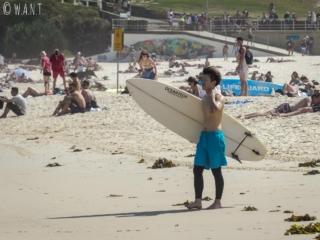 Surfeur sur la plage de Bondi près de Sydney