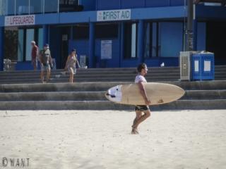Surfeur sur la plage de Maroubra près de Sydney