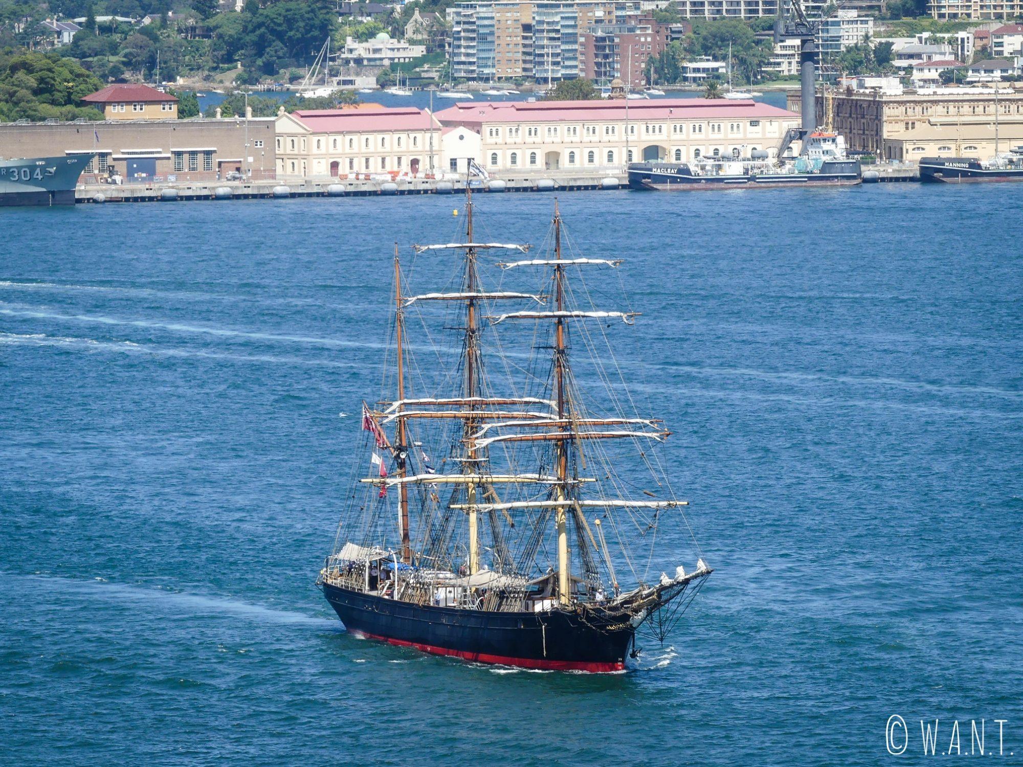 Voilier observé dans la baie de Sydney depuis Harbour Bridge