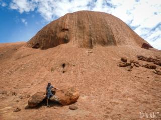 Benjamin au pied d'Uluru sur la randonnée Uluru Base Walk