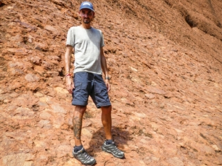 Benjamin est ravi de la randonnée Valley of the Winds Walk du parc national Uluru-Kata Tjuta