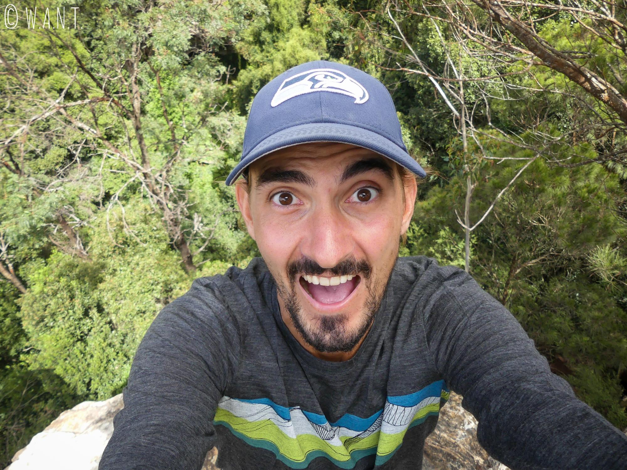 Benjamin se fait peur au bord d'un précipice dans le parc national des Blue Moutains