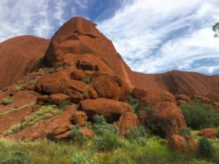 La randonnée Uluru Base Walk nous permet de faire le tour du monolithe