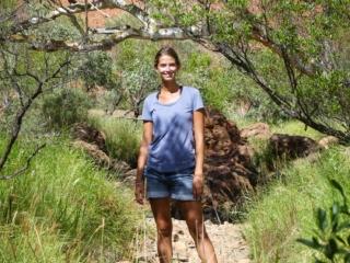Marion sur la randonnée Valley of the Winds Walk du parc national Uluru-Kata Tjuta