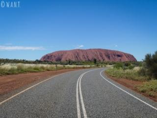 Vue sur Uluru depuis la route