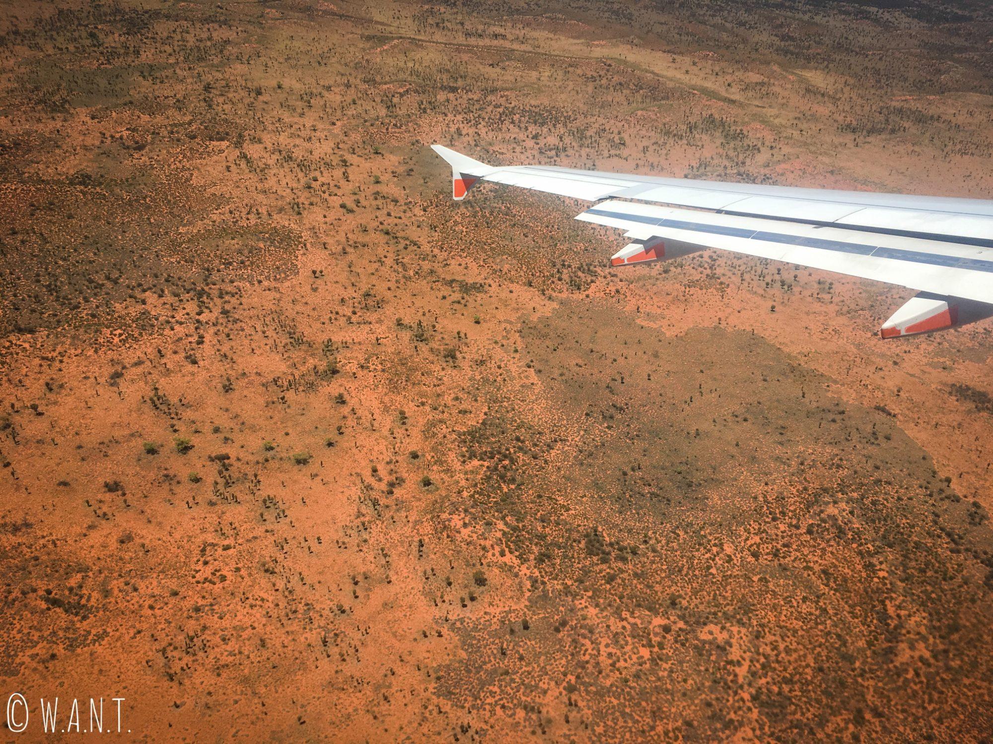 Vue sur le désert d'Ayers Rock depuis l'avion