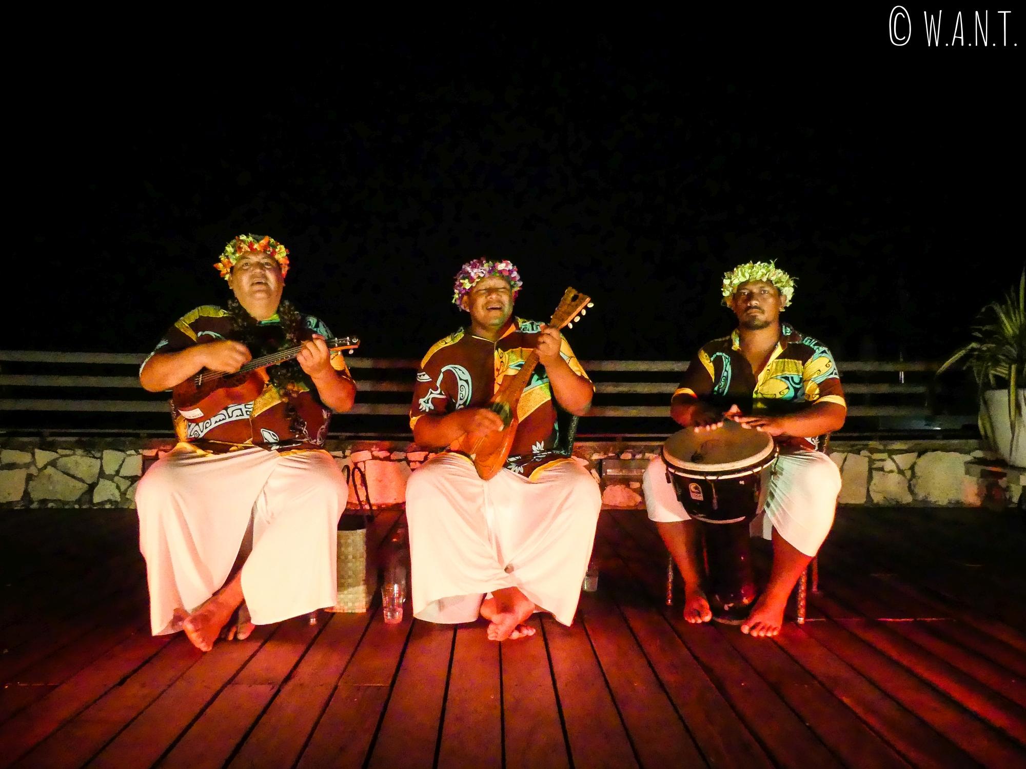Animation musicale et dances traditionnelles accompagnent un repas au Sofitel Moorea