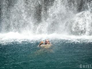 Benjamin au pied de la cascade de la Maroto dans la vallée de la Papenoo à Tahiti