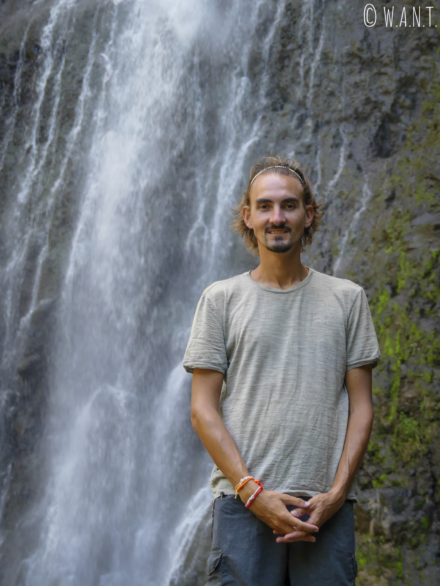 Benjamin devant la cascade de Vaimahutu à Tahiti