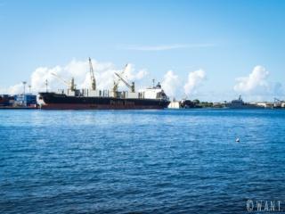 Cargo au port industriel de l'île de Tahiti