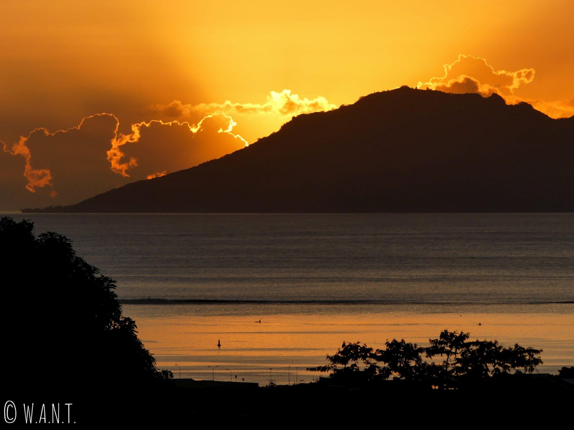 Coucher de soleil depuis la chambre de notre Airbnb à Tahiti