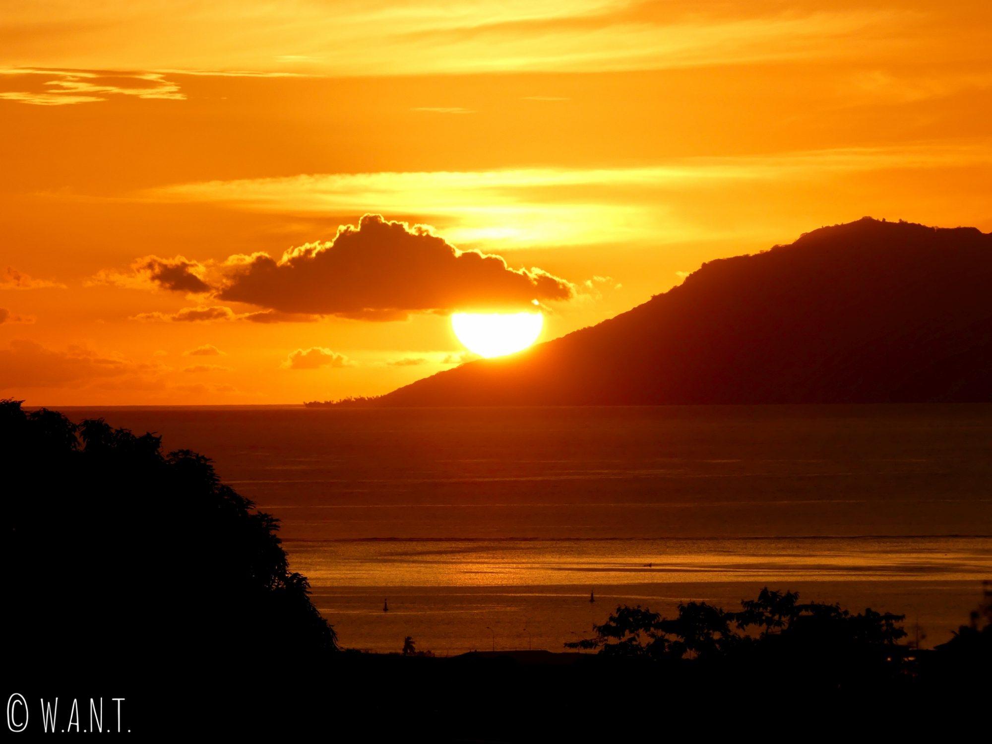 Coucher de soleil derrière l'île de Moorea observé depuis Tahiti