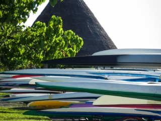 Gros plan sur des va'a ou pirogues polynésiennes sur la plage de Papeete à Tahiti