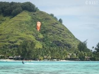 Kitesurfeur aux abords de l'hôtel Intercontinental de Moorea