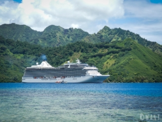L'un des nombreux navires de croisière qui parcourent la Polynésie Française