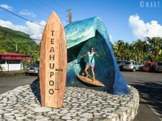 Marion joue à la surfeuse à Teahupoo sur l'île de Tahiti