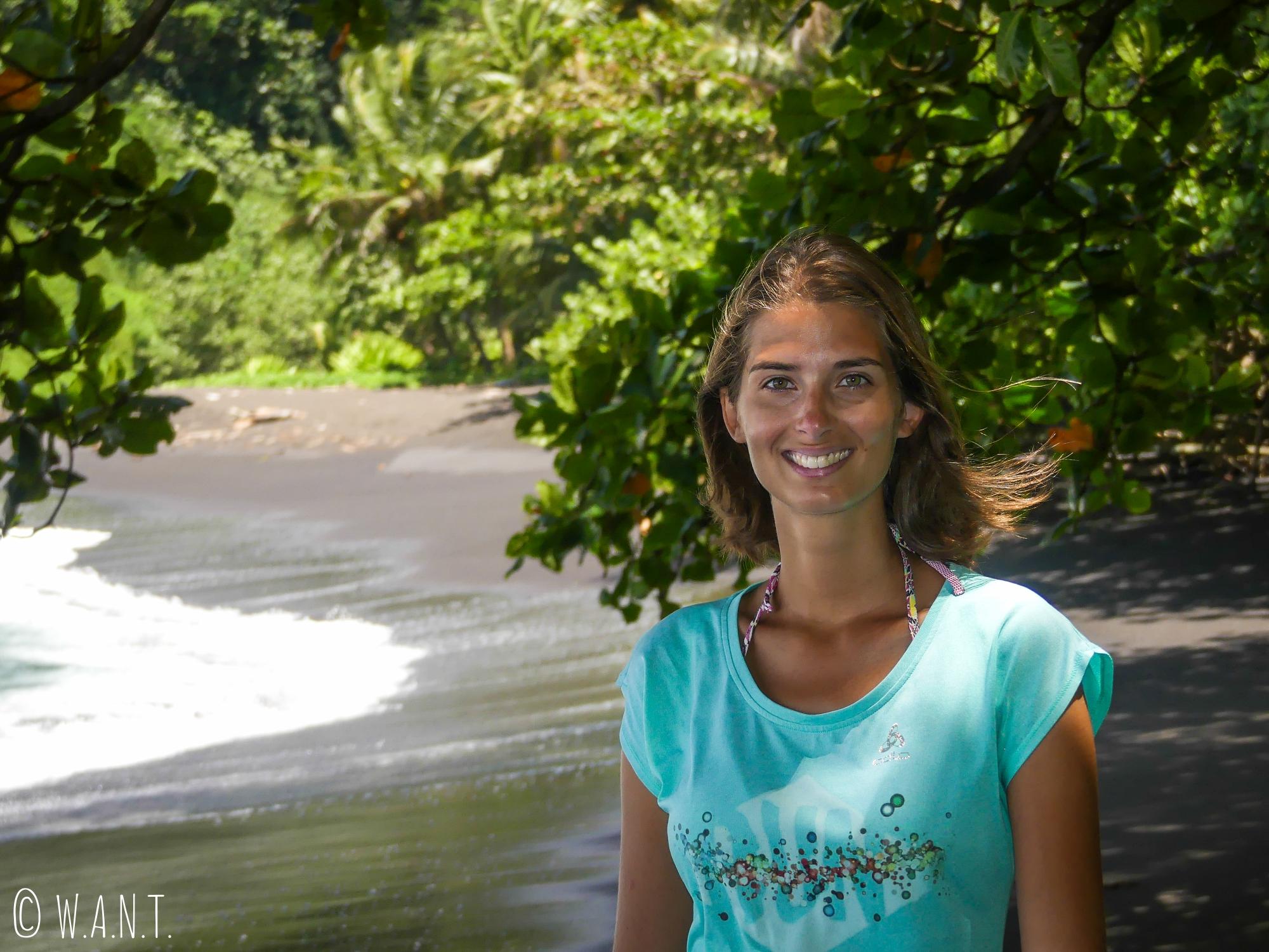 Marion sur l'une des plages de sable noir de Tahiti