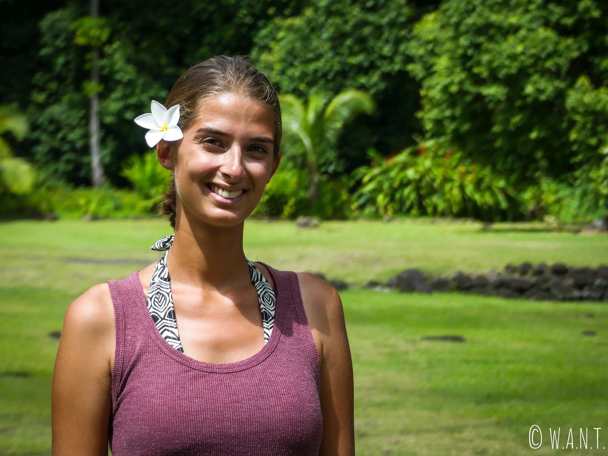 Marion, une fleur de tiare dans les cheveux, pose au Marae Arahurahu de Tahiti