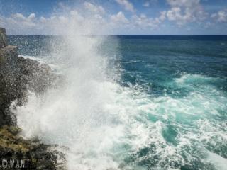 Mer déchaînée sur le rivage de Tahiti