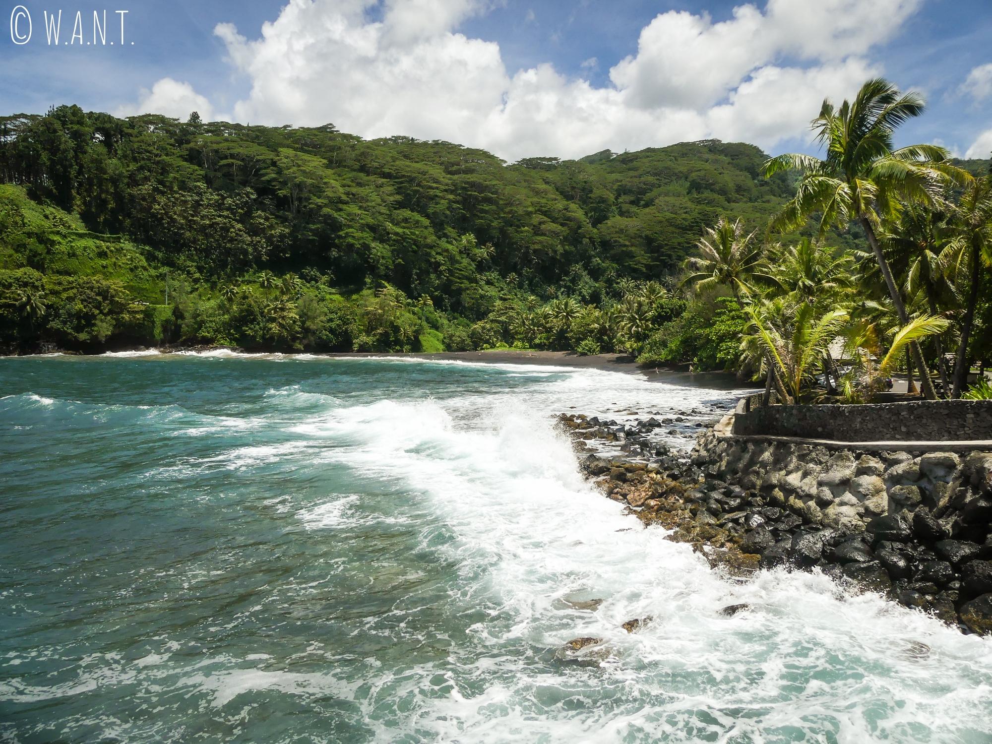 Plage de sable noir à côté du trou du souffleur à Tahiti