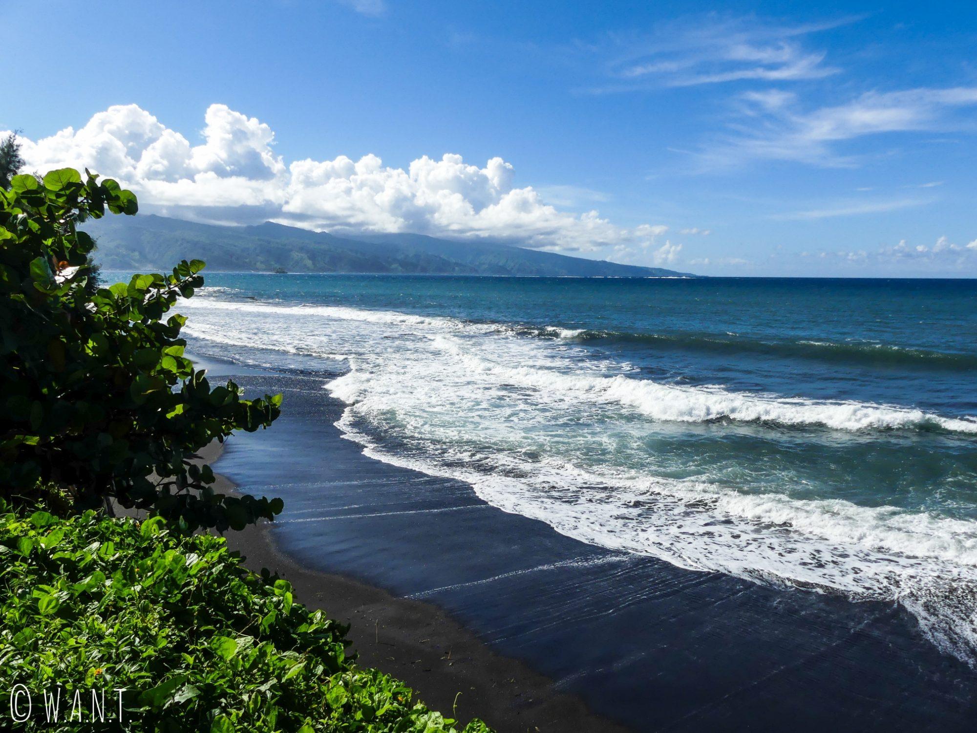Plage de sable noir sur la péninsule Tahiti Iti