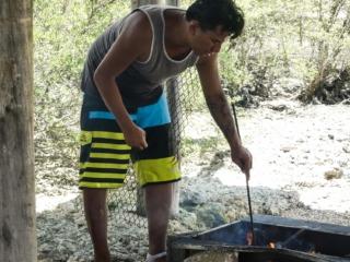 Roland, l'assistant de Taina, nous prépare de bonnes brochettes au barbecue