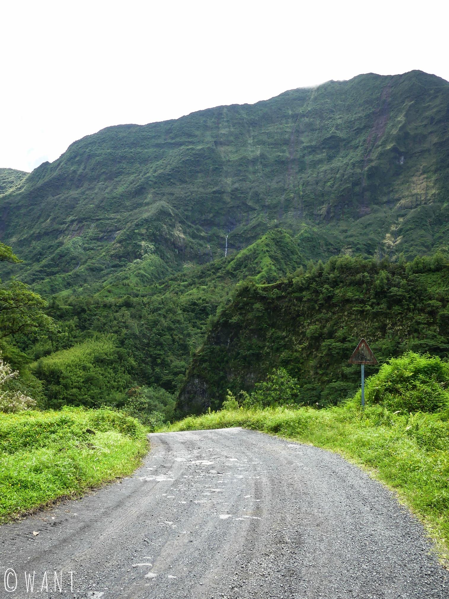 Route à travers la vallée de la Papenoo sur l'île de Tahiti