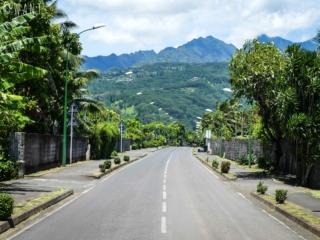 Route avec vue sur l'île de Tahiti